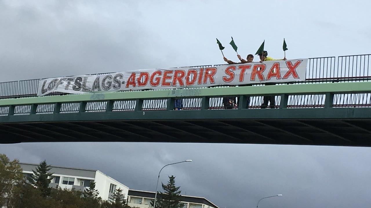 Loftslagshópur Landverndar vekur athygli á loftslagsmálum á göngubrú yfir Miklubraut á mesta umferðartímanum. 2020