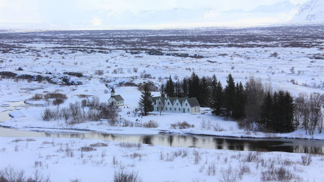 Þingvellir að vetri til. Almenningur á rétt á upplýsingum og aðkomu að ákvarðanatöku samkvæmt Árósasamningnum. Landvernd.