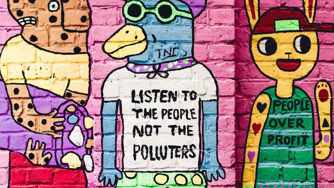 Vegglist, graffiti sem segir - Listen to the people, not the polluters - people ower profit. landvernd.is
