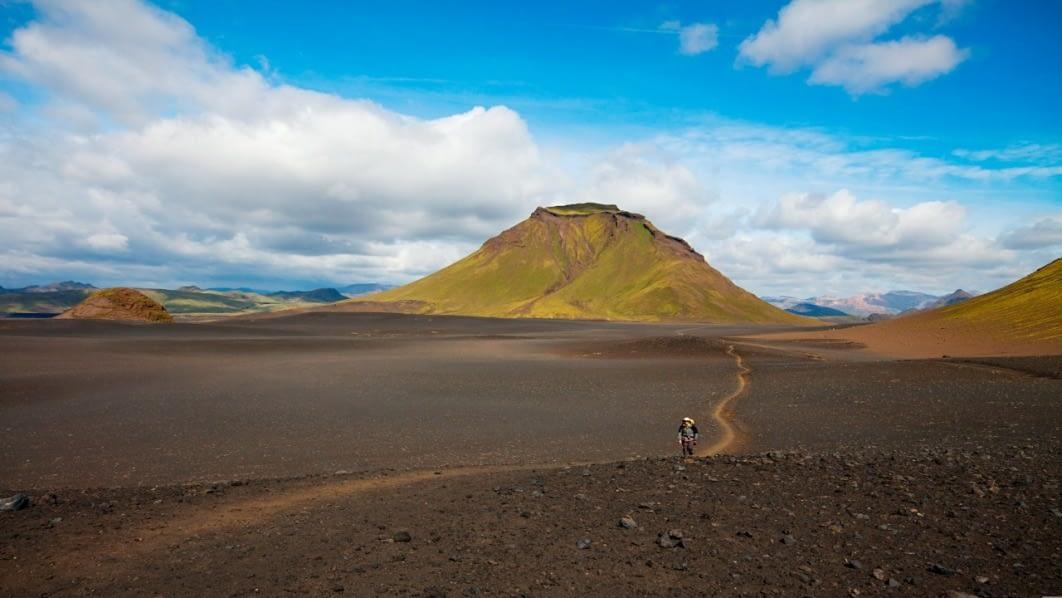 Jökultungur liggja sunnanmegin í Kaldaklofsfjöllum en þar eru jarðfræði litskrúðug og fjölbreytt og hinn frægi Laugarvegur liggur meðfram.