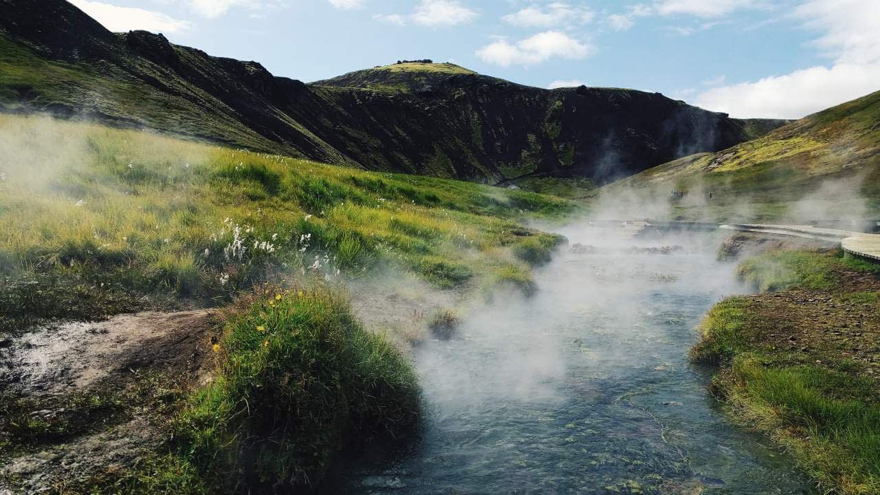 Reykjadalur er einn fjölsóttasti náttúrulegi baðstaður landsins í einstakri og viðkvæmri náttúru.Sameinumst um að vernda svæðið. landvernd.is