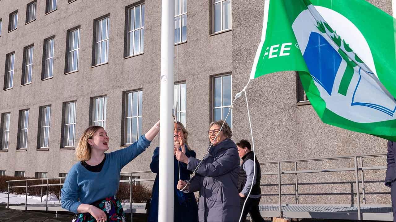 Háskóli Íslands tók við fyrsta grænfánanum fyrir vel unnin störf í þágu loftslagsmála, landvernd.is