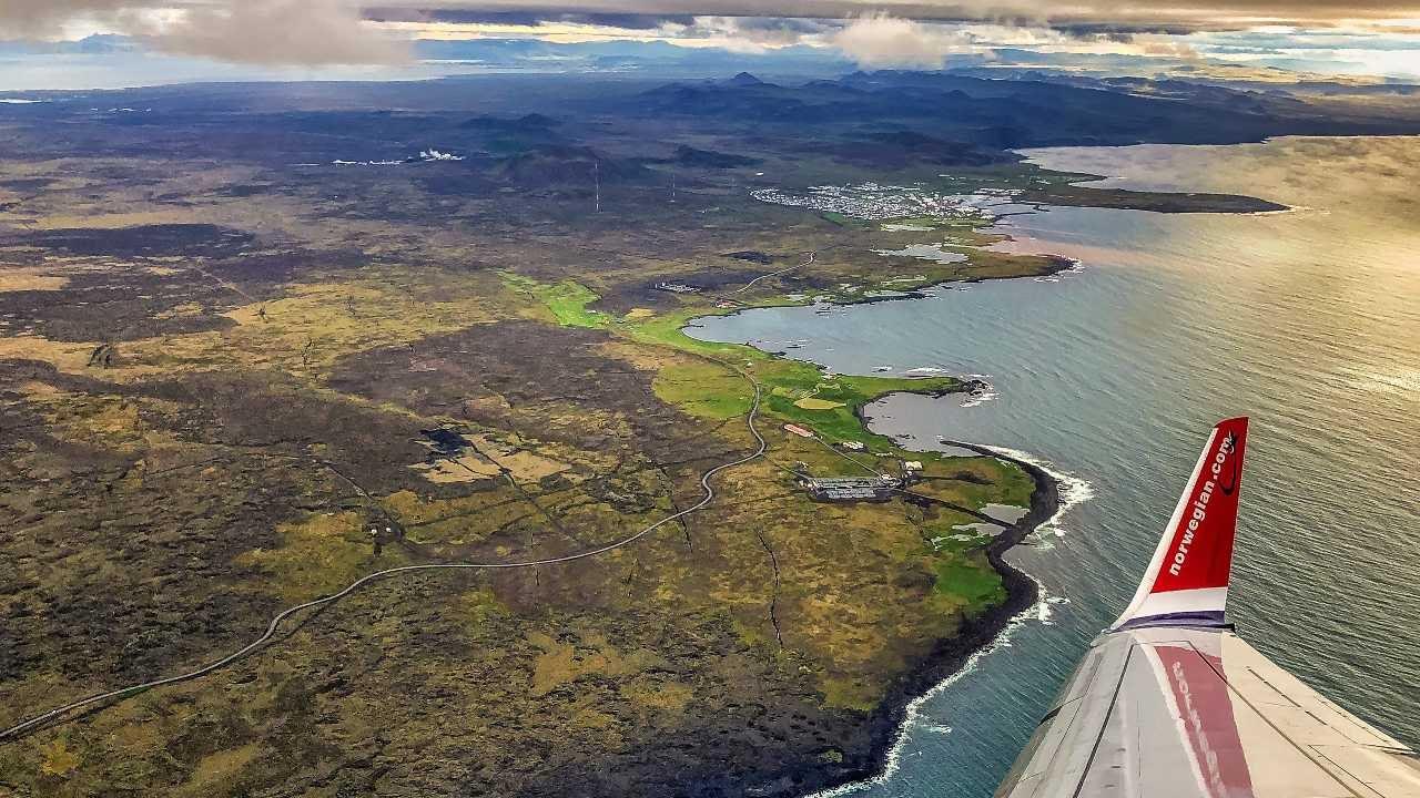 Flogið yfir Ísland. Draga þarf úr losun kolefnis á Íslandi.