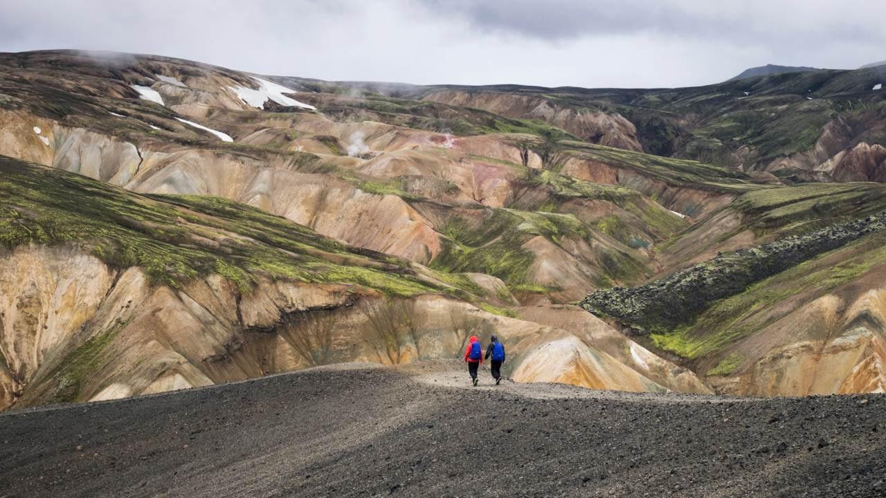 Tveir einstaklingar að ganga í Kerlingarfjöllum. Styrktu landvernd - hlaupastyrkur 2021.
