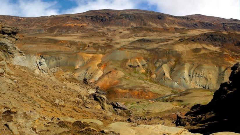 Innstidalur liggur milli Hengils og Skarðsmýrarfjalls. Þar er mikill jarðhiti.