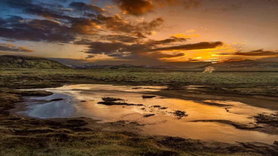 Hverahlíð er grágrýtisstallur sem myndar fótstall Skálafells sem gnæfir yfir Hellisheiði og er hluti merkilegra landslagsheilda svæðisins.